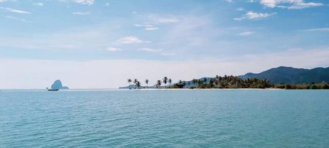 ヤオ島の海