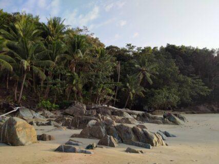 プーケットのシークレットビーチ、バナナビーチの岩場